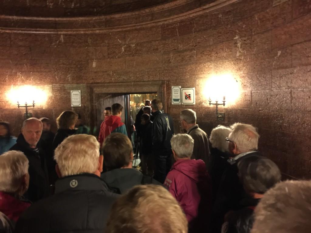 For enden af gangen er det store venterum, her er dørene ind til den store elevator. Denne elevator bringer en 124 meter op til selve huset. Når man står her og venter, kan man ikke lade være med at tænke på historien og hvem som også har stået og ventet her.