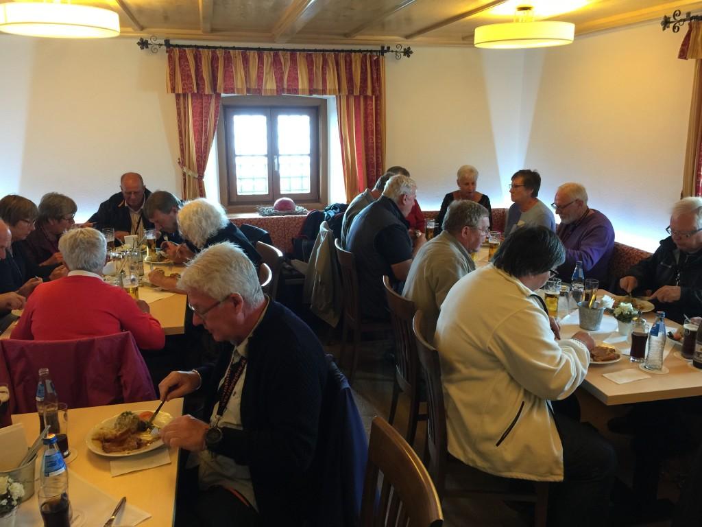Så er det tid til en velfortjent frokost, vi får en rigtig Tysk ret med både Sauerkraut og speciel kartoffel og svinekød. Det er en god portion, så jeg tror ikke der var nogen der gik sulten fra bordet