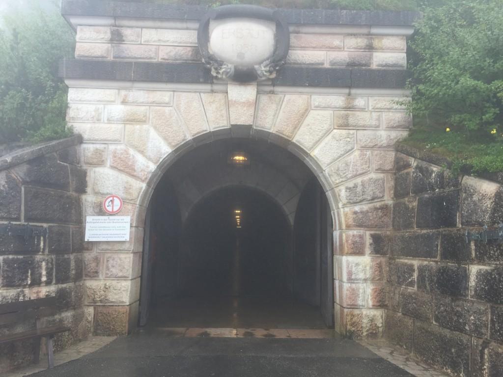 Det store indgangsparti til den 126 meter lange gang der fører hen til den elevator der føre en op i Kehlsteinhaus. Der er 2 store døre der kan aflukke gangen.
