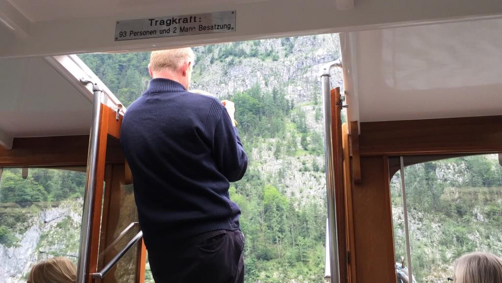 Efter et stykke tid stopper kaptajnen båden ud for den kendte Ekko klippe. Han pakker en slags trompet ud og begynder at spille et stykke musik, hvor ekkoet fra de lodrette bjergklippers ekko indgår i han melodi. Se video fra sejlturen med trompetspillet på Campingferies YouTube kanal.
