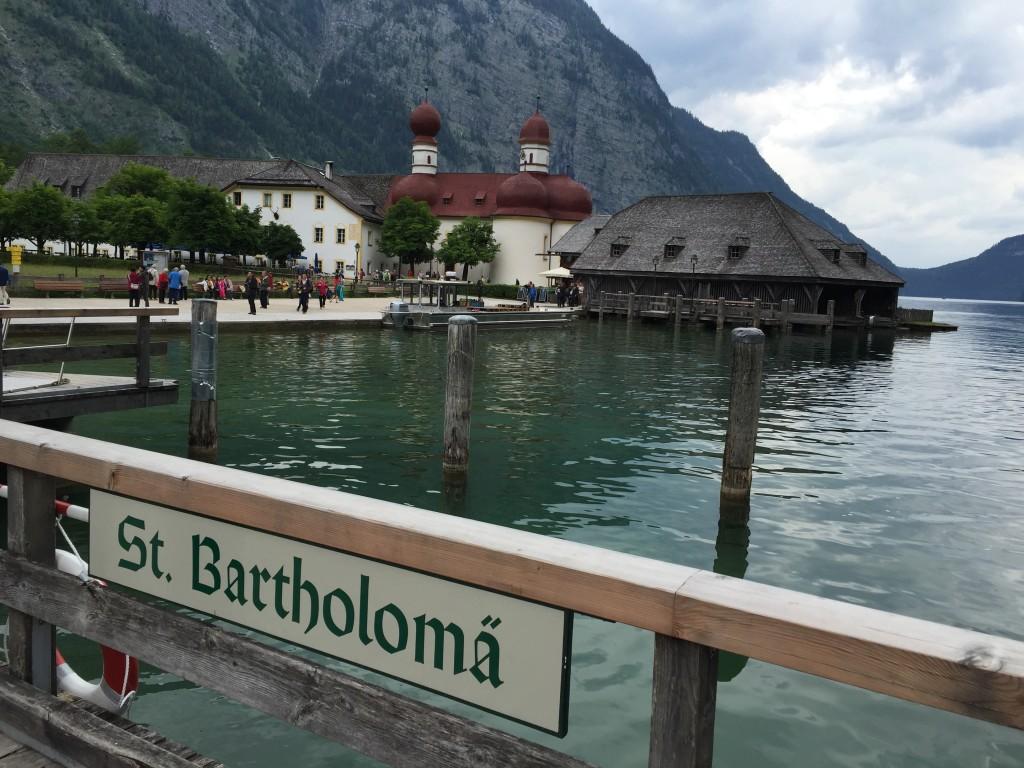 St. Bartholomä er et udflugtsmål du kun kan nå med båd, eller hvis du vandrer hen over de høje bjerge omkring søen. Ingen bilvej fører til dette sted.