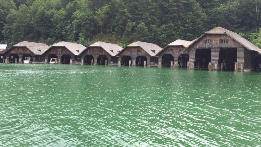 De kendte bygninger er garager for de mange eldrevne turbåde som sejler på søen.