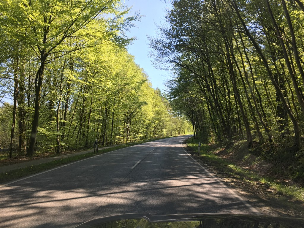 Turen her er speciel god for dem der elsker at se landskaberne flyde forbi. Vi har også valgt at tage afstikkere gennem mindre veje, da vi ikke ønsker motorveje hele tiden.