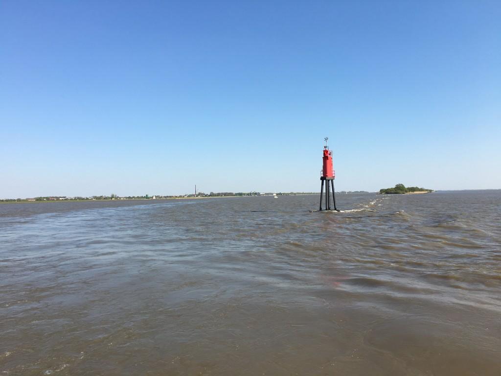 Snart er færgen på vej over Elben som har et brunt grumset vand med en stærk strøm.