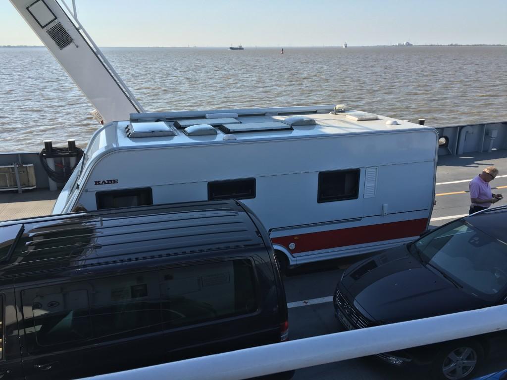 Jeg benytter lejligheden til at kigge på hvad jeg har liggende på taget af min campingvogn. Jeg har mine 2 solceller, markisen og min TV-antenne foruden diverse tagluger og udluftninger. Men alt ser ok ud.