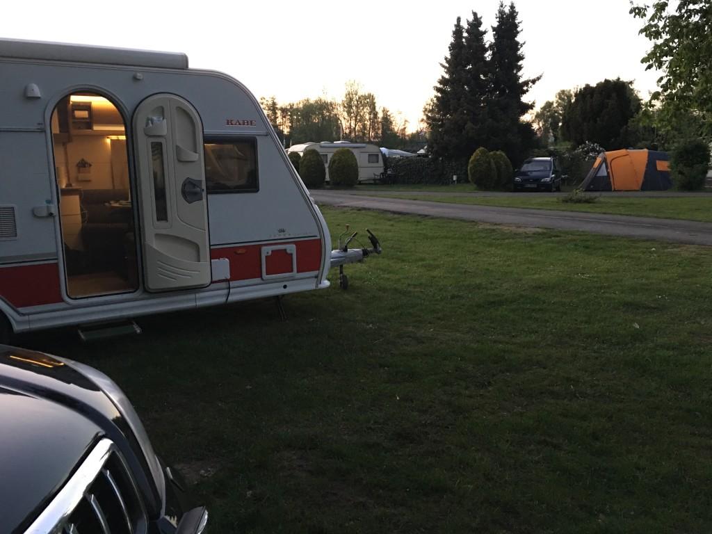 Efter omkring 500 km er vi ankommet til Knaus Campingpark Oyten. Klokken er omkring kl 20.00 og vi skal i gang med redigering af dagbøger og film.