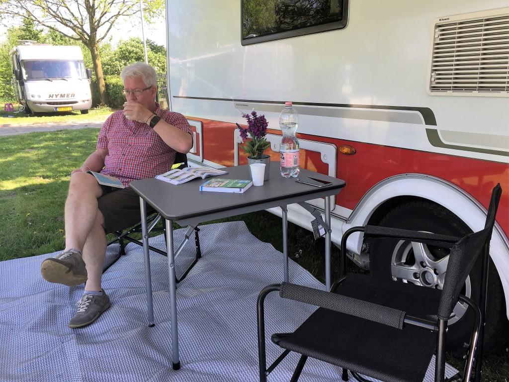 Vi er ankommet til campingpladsen sidst på eftermiddagen så vi sætter lige en Isabella Shadow op så vi kan sidde og nyde det dejlige vejr, mens vi læser om ACSI campingpladser.