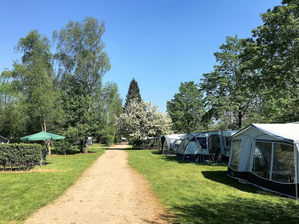Dejlig solskinsdag på campingpladsen Camping Overbetuwe ved byen Heteren. Altid dejligt at gå en tur rundt på plads.