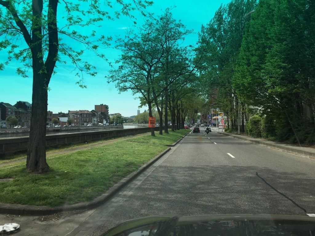 Vejret er dejligt og der er en stemning a la Paris langs floden vi følger gennem byen.