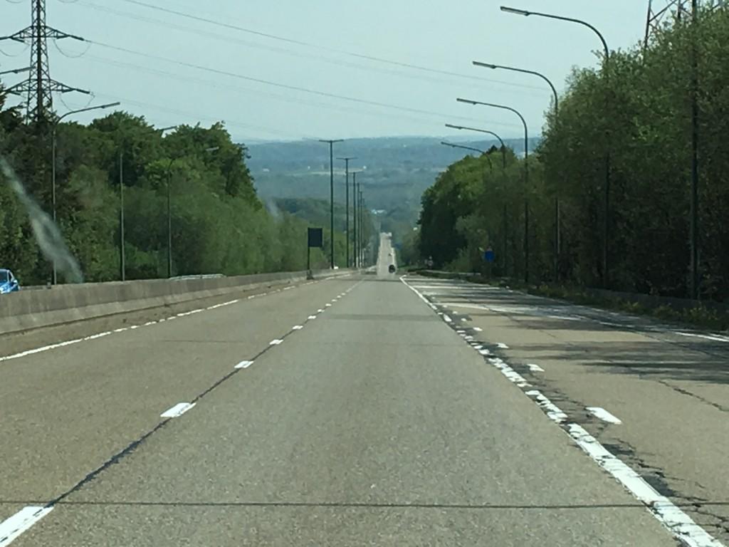 Landevejen vi kører på er af beton der bugter sig gennem landskabet, som er meget anderledes end det flade Holland vi kom fra.