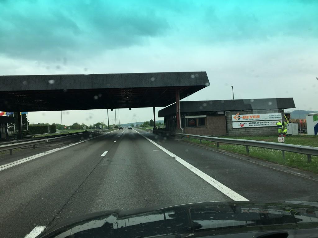 Der er ingen aktivitet ved grænsen mellem Belgien og Luxembourg. SÅ vi suser lige igennem, som vi har gjort alle steder. Ingen gider se vores pas.