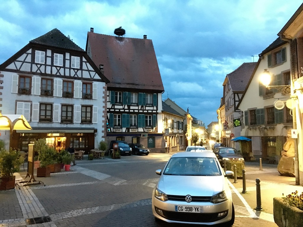 Sidst på dagen mens mørket sænker sig går vi en tur i Ribeauville, hvor du bl.a. kan se et storkepar på taget.