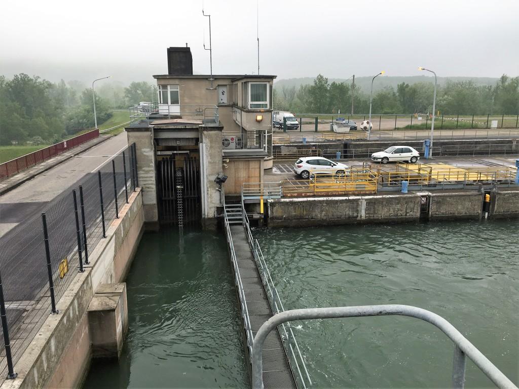 Her ser du en af sluseportene hvor vander bliver lukket ind eller ud, så skibene kan sejle videre på Rhinen.