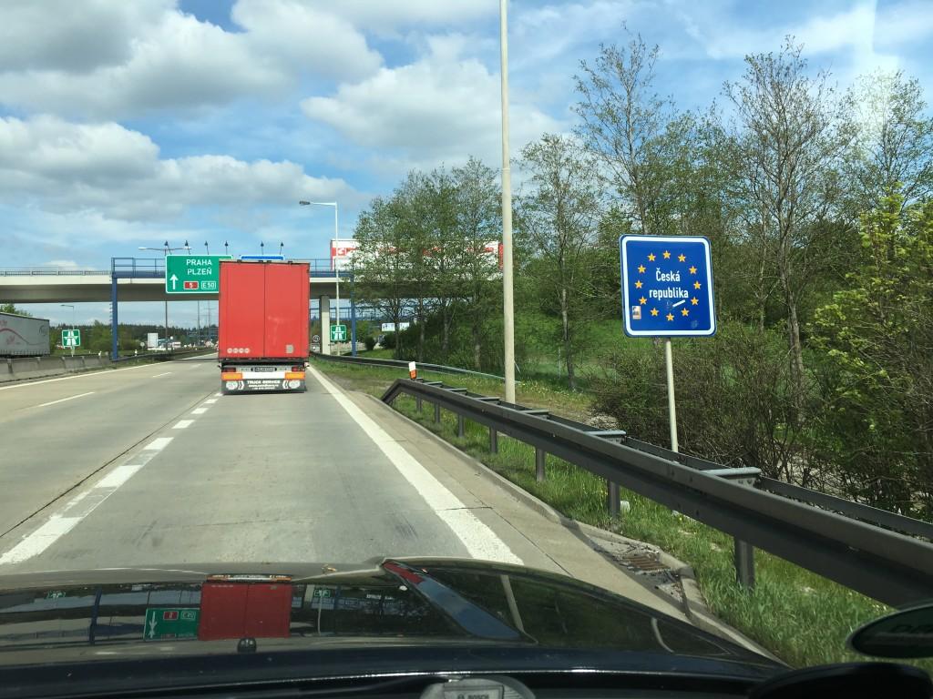 Efter en lang køretur tværs over Tyskland kører vi endelig ind i Tjekkiet