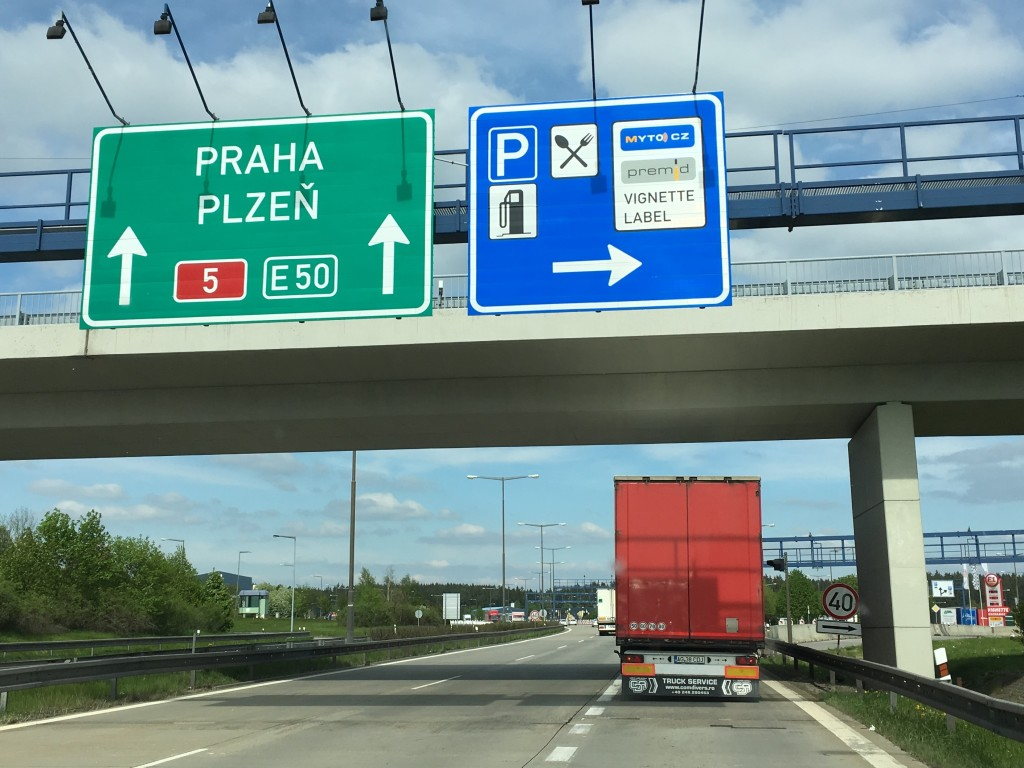Skiltet minder os lige om at vi skal have købt en vignet, så vi må køre på motorvejene i Tjekkiet.
