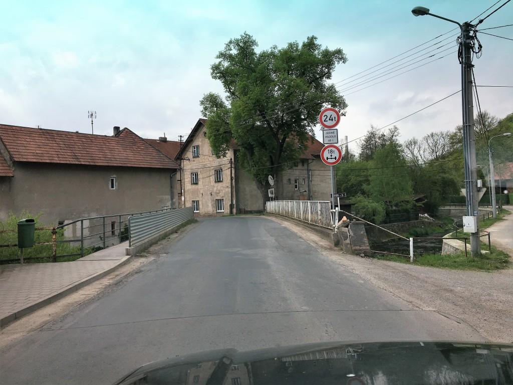 Vi har forladt campingpladsen Valek ca. 15 km vest for Prag og følger de små landeveje mod motorvejen.