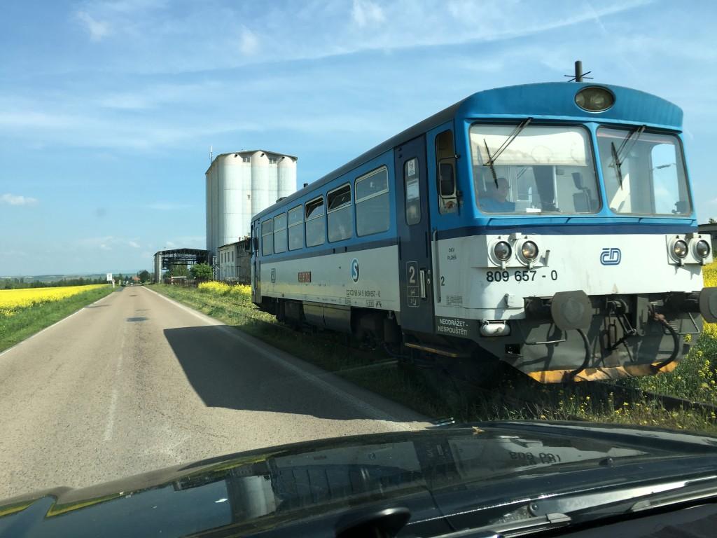 Vi møder det lokale tog som kører langs landevejen.
