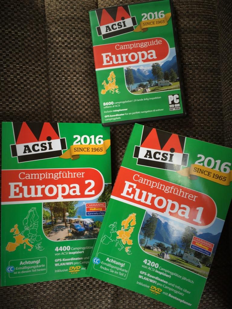 Mens vi stiller campingvogn op kan jeg lige som jeg har lovet fortælle dig at du foruden de 2 tidligere nævnte bøger med ACSI rabatpladsen også kan købe 2 store campingbøger med over 8.000 pladser i Europa, hvoraf 3.200 af dem er pladser der giver rabat til CampingCard ACSI. Der følger derfor også et CampingCard ACSI rabatkort med bøgerne. Du kan også købe en DVD hvis du vil sidde hjemme på din PC og planlægge turen. Du kan selvfølgelig osgå bruge DVDen i din bærbare PC. Der findes en del ACSI tilbud så kig selv her: www.campingcard.com/campingferie