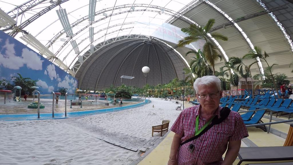 Hallen rummer sandstrand, byer, restauranter, regnskov og meget andet. Det er vel nærmest et sommerland opbygget indendørs, selv om der også er en Amazonas afdeling uden dørs. Hallen er 360 meter lang, 210 meter bred og 107 svimlende meter høj. Den rummer 66.000 kvadratmeter som svarer til 9 fodboldbaner. Frihedsgudinden kunne stå inde i hallen og Eiffeltårnet kunne ligge ned inde i hallen. Vinduerne du ser er specielle så du bliver solbrændt når du er på stranden.