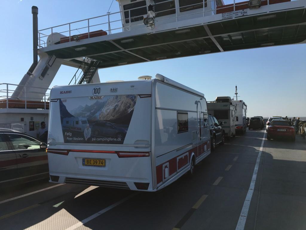 På vores rejse gennem landene var vi med den lille færge over Elben øst for Hamburg, for at undgå byens trafikkaos. En færge giver også en god afveksling på en rejse, hvor man kan strække benene og få frisk havluft.