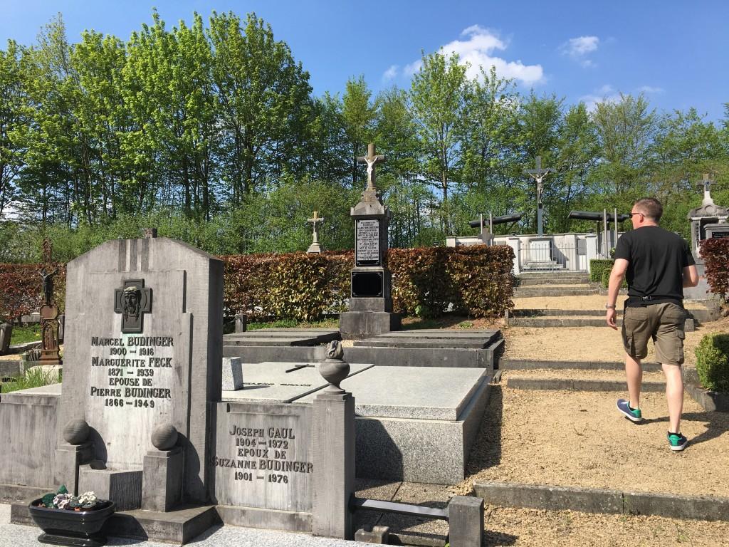 Vi går en lille tur i en Belgisk landsby og besøger byens kirkegård og kigger på grave, navne og årstal.