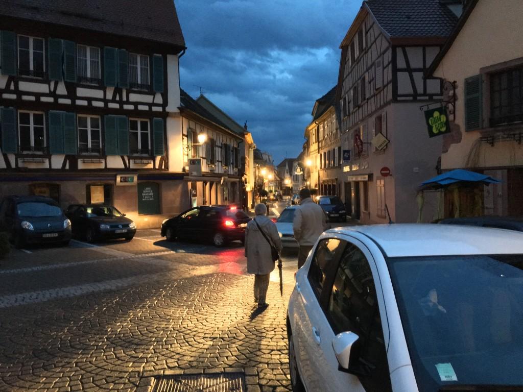 I Ribeauville går vi også en tur gennem byens lange gågade hvor bilerne gerne må køre igennem. Anne og Rasmus går og snakker.
