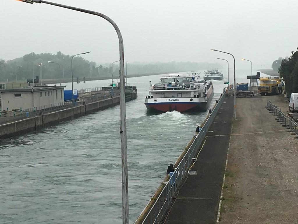 I Tyskland stopper vi selvfølgelig ved Rhinen og kigger på sluser.