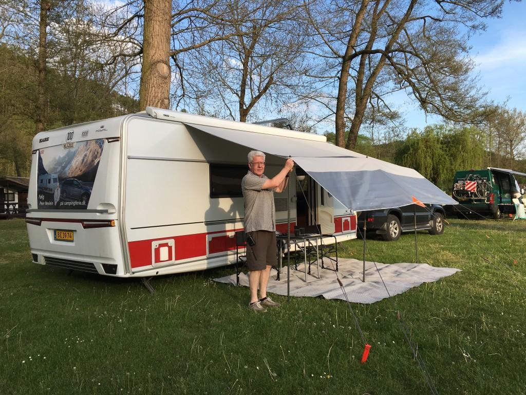 I Tjekkiet har vi også tid til at sætte vores Isabella Netfront op for at skærme lidt for solen. Vi var kun 2 vogne på hele pladsen.