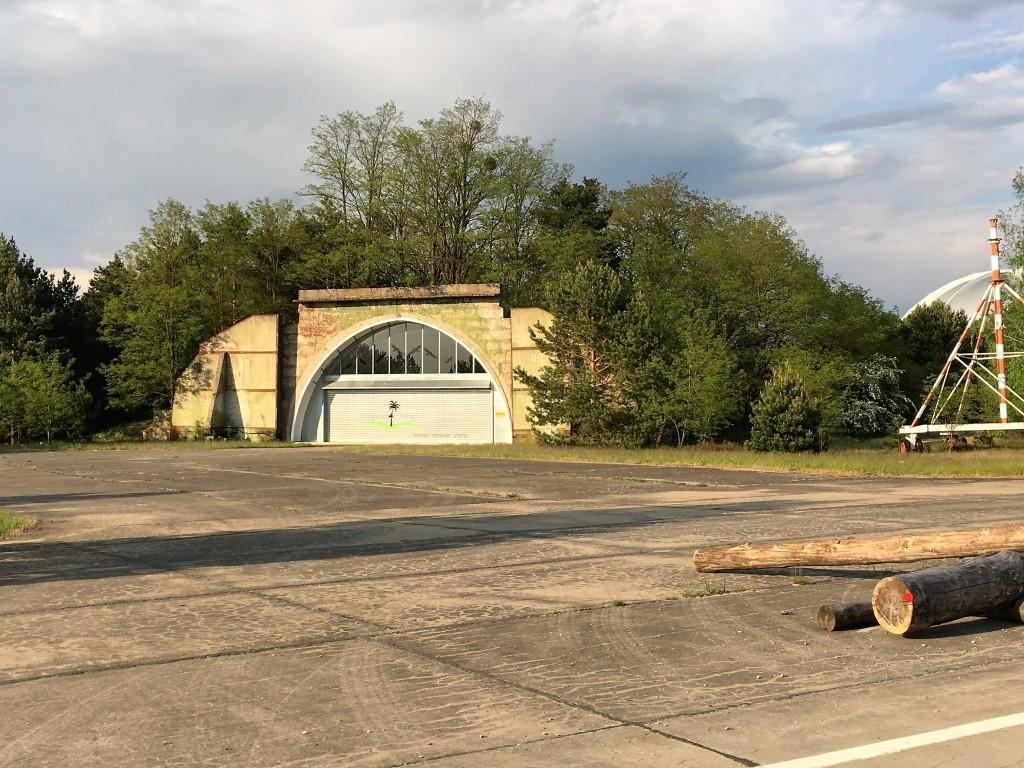 Tropical Island ligger på en gammel flyveplads hvor en række skjulte hangarer indgår i bl.a. campingpladsen med samme navn.