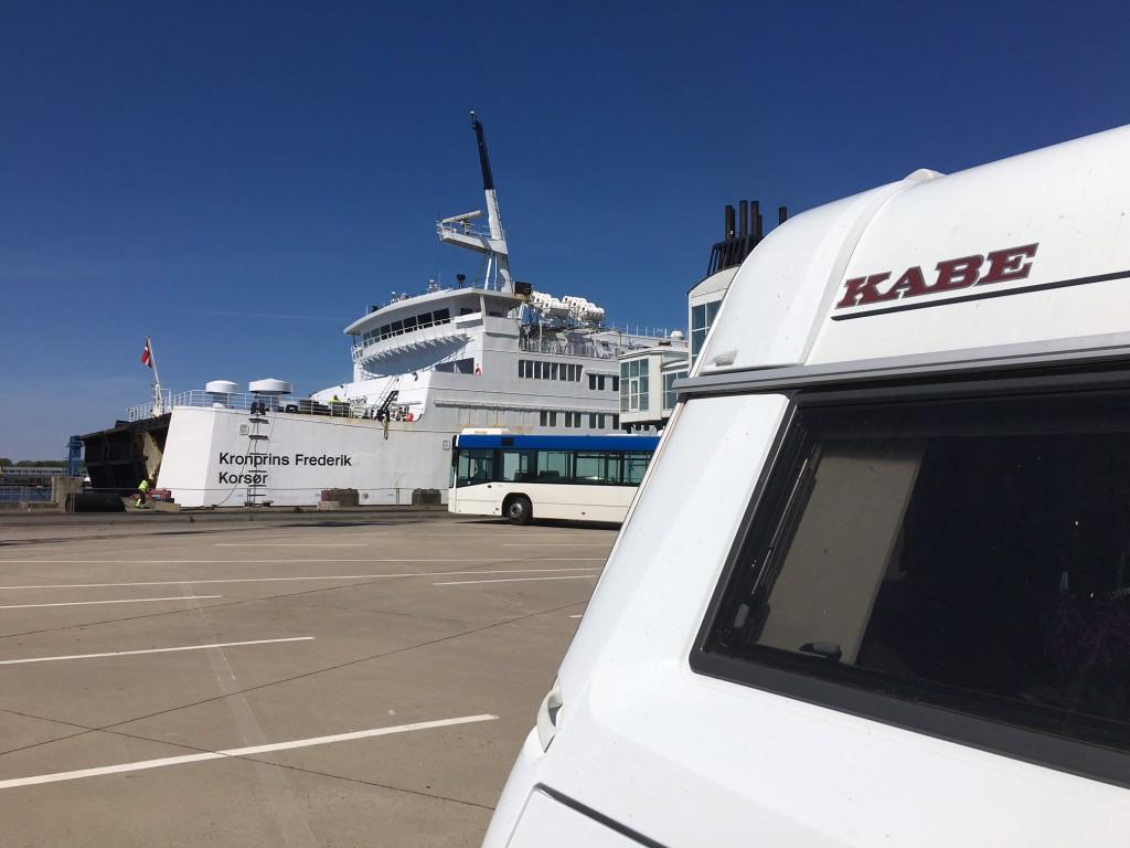 Vi holder på havnen i Rostock og glæder os over at vi skal sejle hjem med Kronprins Frederik. Det er da fornemt.