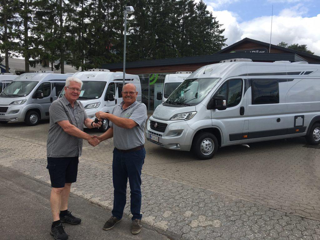 Peer Neslein får nøglerne til en RoadCar 640 af Aksel Nielsen fra PointBiler i Haslev som er forhandler af de nye fritidsbiler på Sjælland. Aksel Nielsen fortæller at han har 5 vogne hjemme i RoadCar i model 600 og 640. Priserne starter ved kr. 435.900. Se www.fritidsbiler.dk