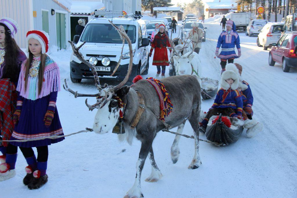 På det samiske vintermarked møder du selvfølgelig samer og rener i byen Jokkmokk, hvor markedet er blevet afholdt i mere end 400 år i træk.