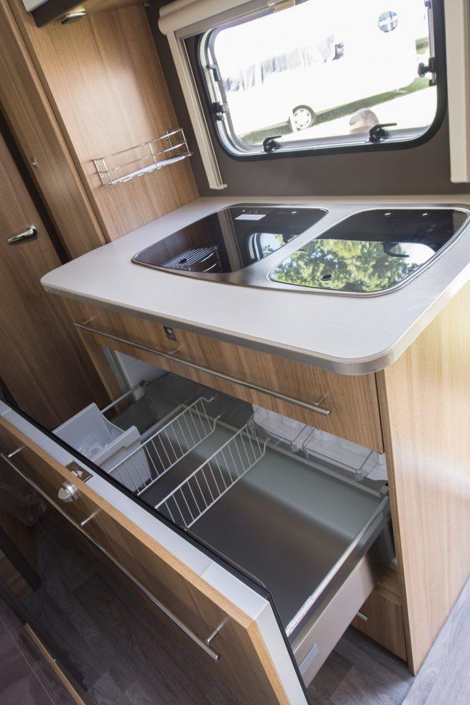 Antaresstyle 420 Selv i den kompakte Antarés Style 420 DK Edition er der skuffekøleskab (XL køl/frys)