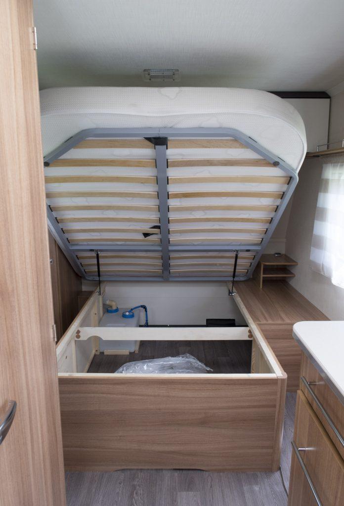 Antares style 470 Der er masser af opbevaringsplads og rummet under sengen kan nås udefra via en serviceluge. Bemærk også metalrammen.