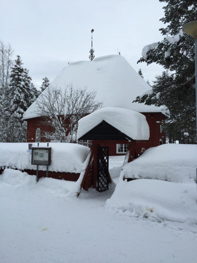 Den gamle kirke i Jokkmokk er begravet i sne. I øvrigt en dejlig hyggelig lille kirke.