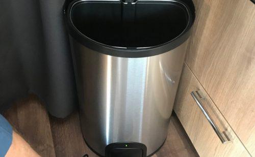 Praktisk affaldsspand med automatisk låg – til fortelt eller campingvogn