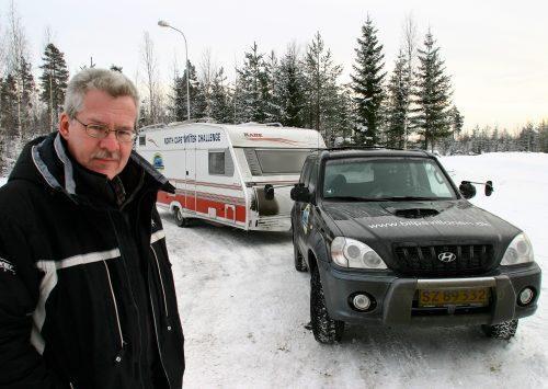 Første campingvogn på Nordkapp om vinteren (Reklame) med en ung/yngre Neslein