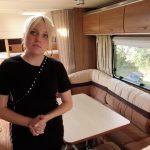 Malu på 13 år kigger på campingvogne til børnefamilien