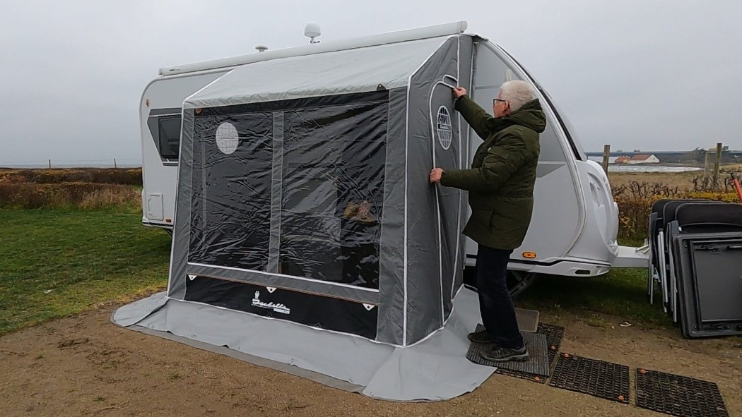 Peer Neslein tester 4 vinter fortelte - 3 med stænger og 1 med luft (reklame)