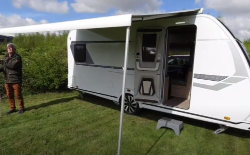 Tagmonteret markise på campingvogn eller autocamper